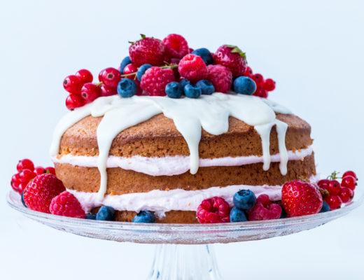 Naked Cake mit Beeren und weißer Schokolade